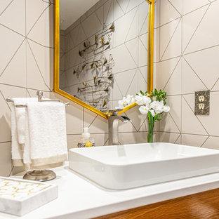 ワシントンD.C.の小さいミッドセンチュリースタイルのおしゃれなトイレ・洗面所 (フラットパネル扉のキャビネット、淡色木目調キャビネット、グレーの壁、淡色無垢フローリング、オーバーカウンターシンク、クオーツストーンの洗面台、黄色い床、白い洗面カウンター) の写真