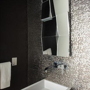 Idées déco pour un WC et toilettes contemporain avec carrelage en métal, un mur noir et un lavabo de ferme.
