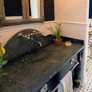 Свежая идея для дизайна: туалет среднего размера в стиле ретро с открытыми фасадами, черными фасадами, раздельным унитазом, белой плиткой, керамической плиткой, черными стенами, полом из мозаичной плитки, врезной раковиной, мраморной столешницей и черной столешницей - отличное фото интерьера
