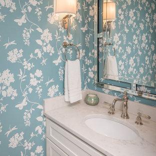 Klassische Gästetoilette mit Schrankfronten im Shaker-Stil, weißen Schränken, bunten Wänden, Unterbauwaschbecken und weißer Waschtischplatte in Louisville