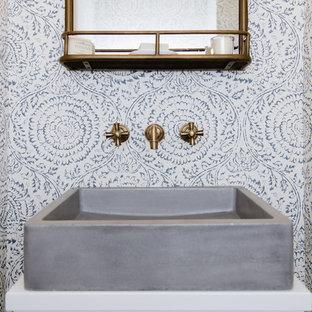 Foto di un piccolo bagno di servizio chic con ante lisce, ante bianche, WC monopezzo, pareti blu, pavimento in legno massello medio, lavabo a bacinella, top in legno, pavimento marrone e top bianco