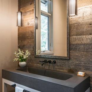 Modelo de aseo de estilo de casa de campo, grande, con puertas de armario blancas, encimera de cemento, armarios abiertos, lavabo integrado y encimeras grises