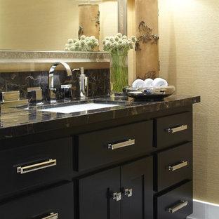 Idées déco pour un WC et toilettes classique avec un lavabo encastré, un placard à porte shaker, des portes de placard noires, un plan de toilette en marbre et un plan de toilette noir.