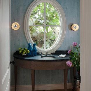 На фото: туалет в классическом стиле с столешницей из талькохлорита и врезной раковиной с