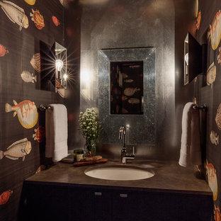 Exemple d'un petit WC et toilettes éclectique avec des portes de placard noires, un lavabo encastré et un plan de toilette en onyx.