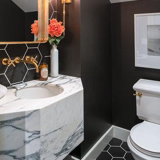 Idées déco pour un petit WC et toilettes classique avec un WC séparé, un carrelage noir, des carreaux de porcelaine, un mur noir, un sol en carrelage de porcelaine, un lavabo encastré, un plan de toilette en marbre et un sol noir.