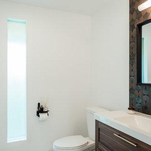 Idee per un bagno di servizio moderno di medie dimensioni con pareti bianche, pavimento alla veneziana, top in superficie solida e pavimento bianco