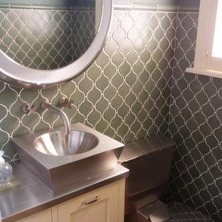 Идея дизайна: туалет в стиле современная классика с настольной раковиной, белыми фасадами, столешницей из нержавеющей стали, унитазом-моноблоком, зеленой плиткой и керамической плиткой
