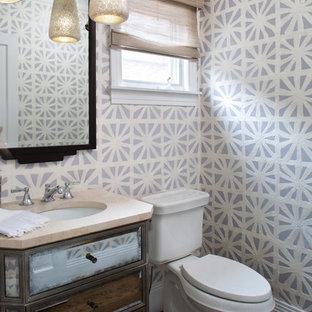 Стильный дизайн: маленький туалет в стиле современная классика с стеклянными фасадами, раздельным унитазом, фиолетовыми стенами, паркетным полом среднего тона, накладной раковиной и коричневым полом - последний тренд