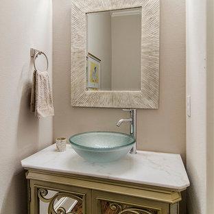 Foto di un bagno di servizio tradizionale con lavabo a bacinella, ante verdi, pareti beige e top bianco