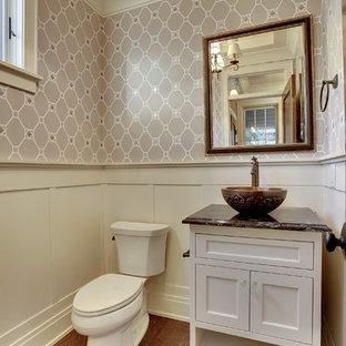 Idee per un bagno di servizio tradizionale di medie dimensioni con lavabo a bacinella, ante con riquadro incassato, ante bianche, top in onice, WC a due pezzi, pareti grigie e pavimento in legno massello medio