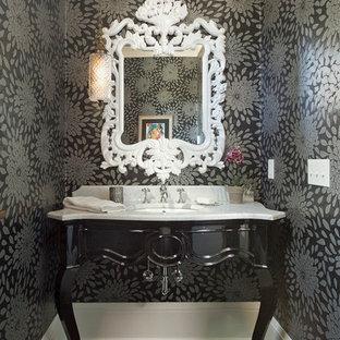 Неиссякаемый источник вдохновения для домашнего уюта: туалет в стиле современная классика с фасадами островного типа, разноцветными стенами, полом из сланца и белой столешницей