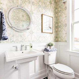 Idées déco pour un WC et toilettes classique avec un WC séparé, un mur vert, un sol en bois foncé, un lavabo de ferme, un sol marron et boiseries.