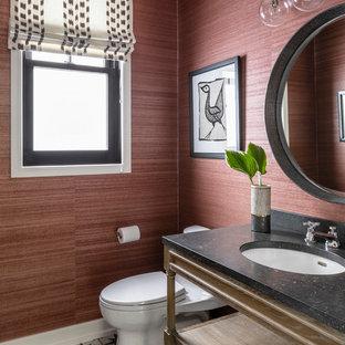 Idées déco pour un WC et toilettes classique avec un placard sans porte, un WC à poser, un mur rouge, un lavabo encastré et un plan de toilette noir.