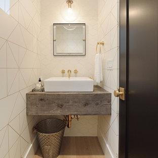 Moderne Gästetoilette mit weißen Fliesen, weißer Wandfarbe, hellem Holzboden, Aufsatzwaschbecken, Waschtisch aus Holz, beigem Boden und grauer Waschtischplatte in Orange County