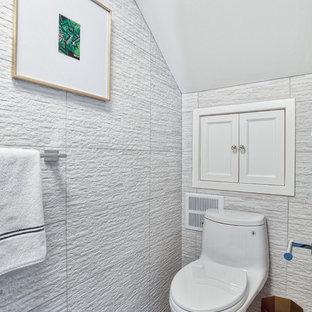 Réalisation d'un petit WC et toilettes minimaliste avec un WC à poser, un carrelage beige, des carreaux de céramique, un sol en marbre, une vasque, un plan de toilette en bois, un sol gris et un plan de toilette marron.