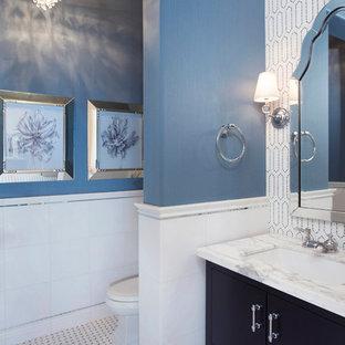 Klassische Gästetoilette mit verzierten Schränken, schwarzen Schränken, Toilette mit Aufsatzspülkasten, weißen Fliesen, Marmorboden, Unterbauwaschbecken, Marmor-Waschbecken/Waschtisch und Marmorfliesen in San Diego