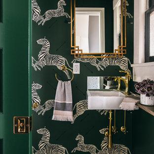 Modelo de aseo clásico renovado, pequeño, con paredes verdes, suelo de azulejos de cemento, lavabo suspendido y suelo blanco