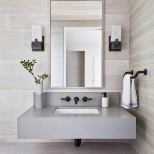 Foto di un bagno di servizio contemporaneo con parquet chiaro, lavabo sottopiano, pavimento beige, top grigio e pareti in legno