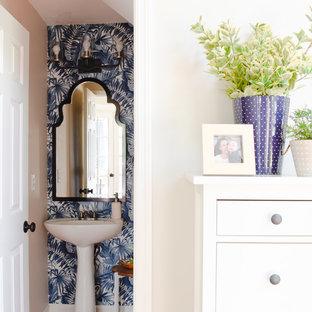 Пример оригинального дизайна: маленький туалет в морском стиле с синими стенами