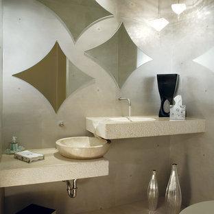 Идея дизайна: маленький туалет в современном стиле с настольной раковиной, открытыми фасадами, бежевыми фасадами, раздельным унитазом, бежевыми стенами, полом из травертина, столешницей из искусственного кварца, бежевым полом и бежевой столешницей