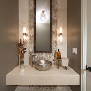 Идея дизайна: маленький туалет в современном стиле с настольной раковиной, разноцветной плиткой, удлиненной плиткой, полом из травертина, бежевыми стенами и бежевой столешницей