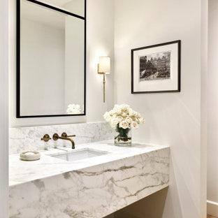 Mittelgroße Klassische Gästetoilette mit offenen Schränken, grauen Schränken, Unterbauwaschbecken, braunem Boden, grauer Waschtischplatte und eingebautem Waschtisch in Phoenix