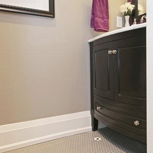 Foto di un piccolo bagno di servizio tradizionale con ante con bugna sagomata, ante nere, pareti viola, pavimento in gres porcellanato, lavabo sottopiano, pavimento grigio, top bianco e top in marmo