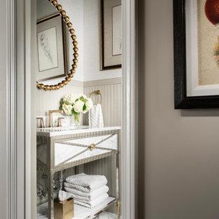 Idéer för att renovera ett litet vintage vit vitt toalett, med vita skåp och bänkskiva i kvarts