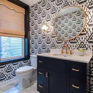 Klassische Gästetoilette mit Schrankfronten im Shaker-Stil, blauen Schränken, Wandtoilette mit Spülkasten, Unterbauwaschbecken, grauem Boden und weißer Waschtischplatte in Chicago
