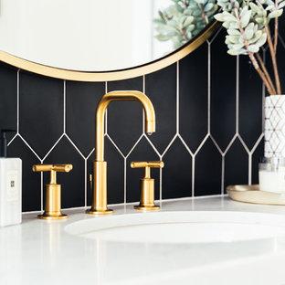 Aménagement d'un WC et toilettes campagne de taille moyenne avec un placard à porte shaker, des portes de placard blanches, un WC à poser, un mur noir, un sol en bois clair, un lavabo encastré, un plan de toilette en quartz modifié et un plan de toilette blanc.
