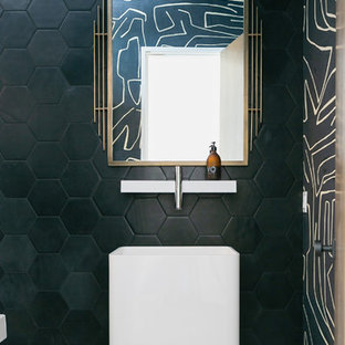 Diseño de aseo actual con baldosas y/o azulejos verdes, paredes verdes, lavabo con pedestal y suelo multicolor