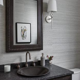 Источник вдохновения для домашнего уюта: туалет в стиле кантри с синими стенами, плоскими фасадами, темными деревянными фасадами, накладной раковиной, серой столешницей и обоями на стенах