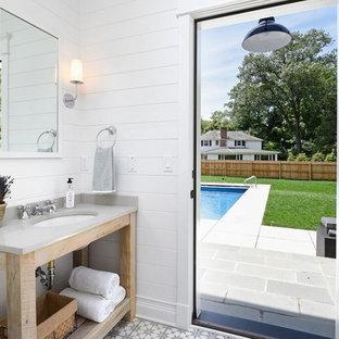Idées déco pour un WC et toilettes campagne avec un placard sans porte, des portes de placard en bois clair, un mur blanc et un lavabo encastré.
