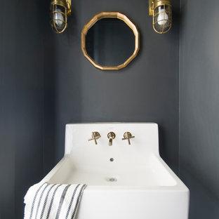 Неиссякаемый источник вдохновения для домашнего уюта: маленький туалет в стиле кантри с серыми стенами, бетонным полом и подвесной раковиной