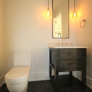 Стильный дизайн: туалет среднего размера в стиле модернизм с плоскими фасадами, темными деревянными фасадами, бежевыми стенами, врезной раковиной, унитазом-моноблоком, полом из керамической плитки, столешницей из бетона, разноцветным полом и белой столешницей - последний тренд