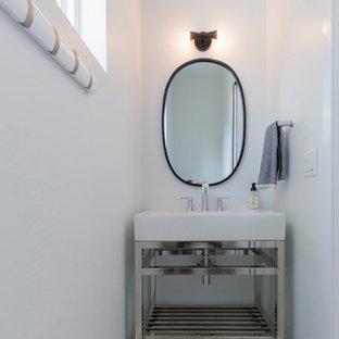 Идея дизайна: большой туалет в стиле модернизм с белыми фасадами, белой плиткой, белыми стенами, полом из керамогранита, настольной раковиной, столешницей из нержавеющей стали, серым полом, белой столешницей и напольной тумбой