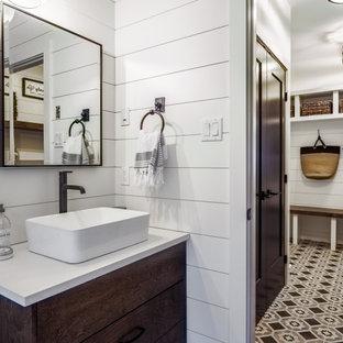 Свежая идея для дизайна: туалет среднего размера в стиле кантри с плоскими фасадами, темными деревянными фасадами, белыми стенами, полом из керамогранита, настольной раковиной, столешницей из искусственного кварца, разноцветным полом и белой столешницей - отличное фото интерьера