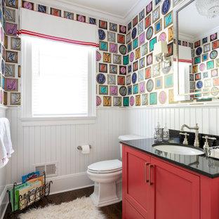 Ispirazione per un bagno di servizio con ante in stile shaker, ante rosse, pareti multicolore, parquet scuro, lavabo sottopiano, pavimento marrone e top nero