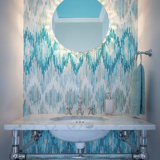 Moderne Gästetoilette mit Unterbauwaschbecken, blauen Fliesen und Stäbchenfliesen in Nashville