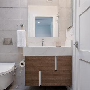 Réalisation d'un petit WC et toilettes minimaliste avec un placard à porte plane, des portes de placard en bois brun, un bidet, un carrelage beige, des carreaux de céramique, un mur beige, un sol en carrelage de céramique, un lavabo intégré, un plan de toilette en granite, un sol beige et un plan de toilette blanc.