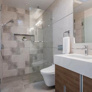 Idée de décoration pour un petit WC et toilettes minimaliste avec un placard à porte plane, des portes de placard en bois brun, un bidet, un carrelage beige, des carreaux de céramique, un mur beige, un sol en carrelage de céramique, un lavabo intégré, un plan de toilette en granite, un sol beige et un plan de toilette blanc.