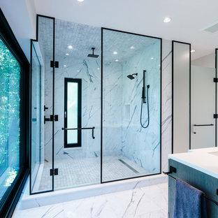 Пример оригинального дизайна: большой туалет в современном стиле с фасадами островного типа, темными деревянными фасадами, черно-белой плиткой, мраморной столешницей и белой столешницей