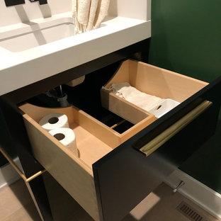 Стильный дизайн: маленький туалет в стиле модернизм с фасадами островного типа, черными фасадами, унитазом-моноблоком, желтой плиткой, плиткой из листового камня, зелеными стенами, светлым паркетным полом, врезной раковиной, столешницей из искусственного кварца, коричневым полом и белой столешницей - последний тренд
