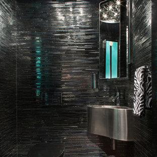 Ispirazione per un bagno di servizio contemporaneo con lavabo sospeso, piastrelle nere e piastrelle a listelli
