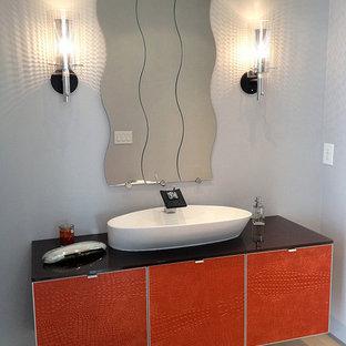 Inspiration pour un très grand WC et toilettes minimaliste.
