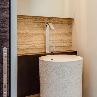 Идея дизайна: туалет в стиле модернизм с плиткой из известняка