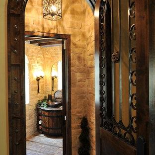 Idee per un bagno di servizio mediterraneo di medie dimensioni con consolle stile comò, ante in legno bruno, WC a due pezzi, piastrelle beige, piastrelle in pietra, pareti beige, pavimento in mattoni, lavabo a bacinella e top in granito