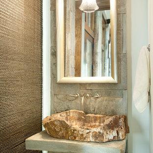 シャーロットの小さいラスティックスタイルのおしゃれなトイレ・洗面所 (ベッセル式洗面器、グレーの洗面カウンター) の写真