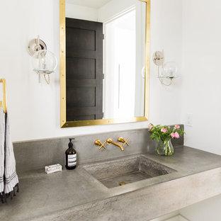 Стильный дизайн: туалет в стиле современная классика с белыми стенами, столешницей из бетона, монолитной раковиной, разноцветным полом и серой столешницей - последний тренд